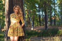 Mujer joven en un vestido amarillo en el parque Fotos de archivo libres de regalías
