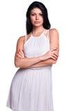 Mujer joven en un vestido blanco del verano aislado sobre blanco Fotos de archivo