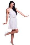 Mujer joven en un vestido blanco del verano aislado sobre blanco Foto de archivo
