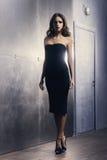 Mujer joven en un vestido del negro del cóctel imagen de archivo libre de regalías