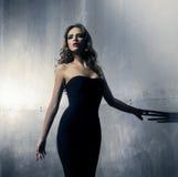 Mujer joven en un vestido del negro del cóctel Fotografía de archivo libre de regalías
