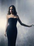 Mujer joven en un vestido del negro del cóctel Foto de archivo libre de regalías