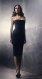 Mujer joven en un vestido del negro del cóctel foto de archivo