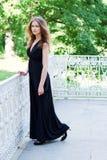 Muchacha en un vestido negro largo Imagen de archivo