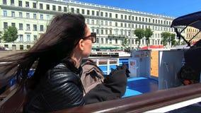Mujer joven en un viaje de la tranvía del río por la ciudad Turismo del concepto y pasatiempo almacen de metraje de vídeo