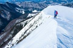 Mujer joven en un viaje en las montañas Foto de archivo libre de regalías
