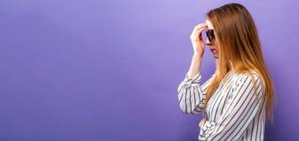 Mujer joven en una actitud pensativa Fotos de archivo libres de regalías
