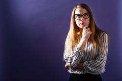 Mujer joven en una actitud pensativa Foto de archivo