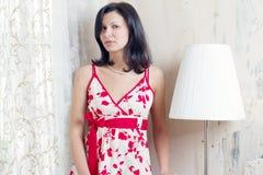 Mujer joven en una alineada del verano Imagen de archivo libre de regalías