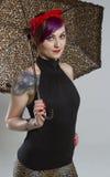 Mujer joven en una apariencia vintage con el paraguas Fotos de archivo libres de regalías