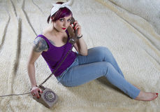 Mujer joven en una apariencia vintage con el teléfono Fotografía de archivo libre de regalías