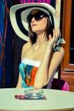 Mujer joven en una barra Fotografía de archivo libre de regalías