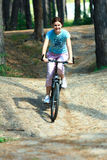 Mujer joven en una bici imagenes de archivo