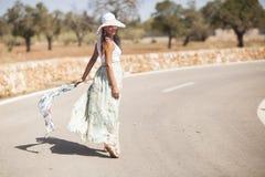 Mujer joven en una calle Foto de archivo libre de regalías