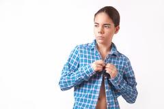 Mujer joven en una camisa azul y vaqueros Fotos de archivo libres de regalías