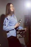 Mujer joven en una camisa rayada con la chapaleta de la película Fotografía de archivo libre de regalías