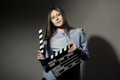 Mujer joven en una camisa rayada con la chapaleta de la película Imágenes de archivo libres de regalías