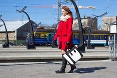 Mujer joven en una estación de tren Imágenes de archivo libres de regalías