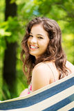 Mujer joven en una hamaca Fotografía de archivo
