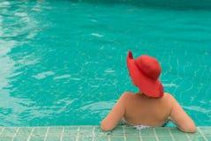 Mujer joven en una piscina Foto de archivo libre de regalías