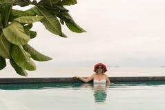 Mujer joven en una piscina Imágenes de archivo libres de regalías