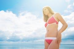 Mujer joven en una playa Imágenes de archivo libres de regalías