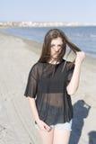 Mujer joven en una playa Imagenes de archivo