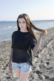 Mujer joven en una playa Foto de archivo libre de regalías
