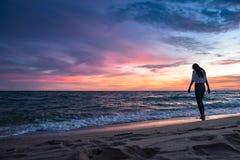 Mujer joven en una playa arenosa foto de archivo libre de regalías