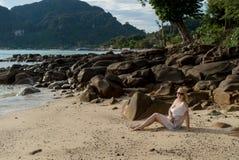 Mujer joven en una playa en vestido de la playa Imagen de archivo