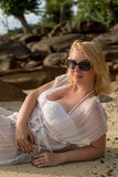 Mujer joven en una playa en vestido de la playa Foto de archivo