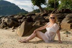 Mujer joven en una playa en vestido de la playa Fotos de archivo libres de regalías