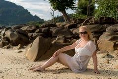 Mujer joven en una playa en vestido de la playa Imagenes de archivo