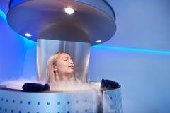 Mujer joven en una sauna del cryo del cuerpo entero imagen de archivo libre de regalías