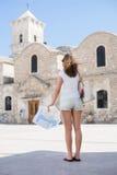 Mujer joven en vacaciones del día de fiesta Imagen de archivo