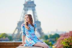 Mujer joven en vestido azul en París cerca de la torre Eiffel Imagen de archivo