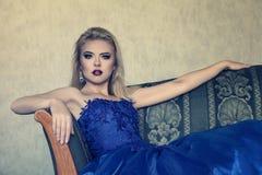 Mujer joven en vestido azul lujoso fotos de archivo