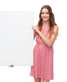 Mujer joven en vestido con el tablero en blanco blanco Foto de archivo