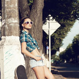 Mujer joven en vestido del verano Fotos de archivo libres de regalías