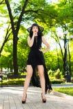 Mujer joven en vestido negro Imagen de archivo libre de regalías