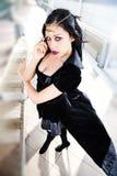 Mujer joven en vestido negro Feminidad atractiva apasionada Foto de archivo libre de regalías
