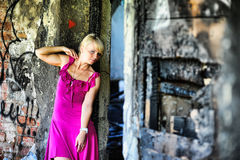 Mujer joven en vestido rosado entre las ruinas Fotos de archivo libres de regalías
