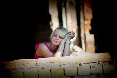 Mujer joven en vestido rosado entre las ruinas Imagen de archivo