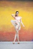 Mujer joven en vestido sexy rosado Imágenes de archivo libres de regalías