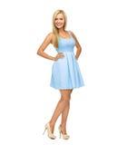 Mujer joven en vestido y tacones altos azules Foto de archivo libre de regalías