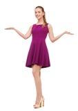 Mujer joven en vestido y tacones altos púrpuras Foto de archivo