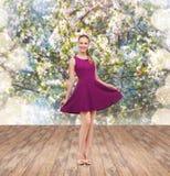 Mujer joven en vestido y tacones altos púrpuras Imágenes de archivo libres de regalías