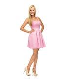 Mujer joven en vestido y tacones altos rosados Imagenes de archivo
