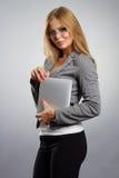 Mujer joven en vidrios con PC de la tableta encendido Fotos de archivo