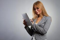 Mujer joven en vidrios con PC de la tableta encendido Fotografía de archivo libre de regalías